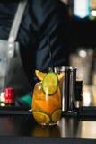 在一张桌上的橙色玛格丽特新鲜的鸡尾酒在酒吧 免版税库存照片