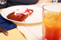 在一张桌上的比利时华夫饼干在咖啡馆 库存照片