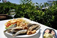 在一张桌上的油煎的鲥鱼在希腊小酒馆 库存图片