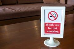 在一张桌上的禁烟标志在咖啡馆 免版税库存图片