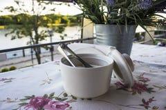在一张桌上的糖在夏天咖啡馆 免版税库存图片