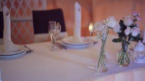 在一张桌上的美丽的婚礼装饰在餐馆 股票视频