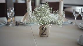 在一张桌上的美丽的婚礼装饰在餐馆 股票录像
