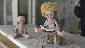 在一张桌上的老蠕动的玩偶在被放弃的公寓在切尔诺贝利,Pripyat,乌克兰中 影视素材