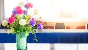 在一张桌上的花在图书馆里 免版税库存照片