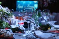 在一张桌上的葡萄酒杯在餐馆 库存照片