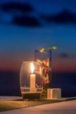 在一张桌上的蜡烛在日落在酸值Kood海岛上的视图餐馆 库存照片