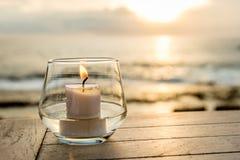 在一张桌上的蜡烛在日落视图咖啡馆,在日落点,努沙Lembongan,印度尼西亚 图库摄影