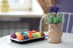 在一张桌上的被分类的蛋白杏仁饼干在咖啡馆 免版税库存图片