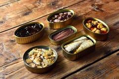 在一张桌上的锡罐在木 免版税库存图片
