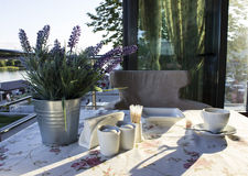 在一张桌上的陶器在咖啡馆 免版税图库摄影
