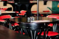 在一张桌上的玻璃烟灰缸在酒吧 库存图片