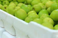 在一张桌上的绿色苹果在市场上 免版税库存照片