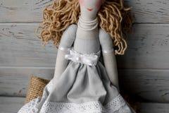 在一张桌布的手工制造真实生活玩偶与玫瑰 库存图片