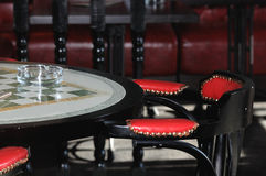 在一张桌的玻璃烟灰缸在酒吧 库存照片