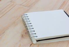 在一张棕色木桌上的特写镜头空白的笔记本, copyspace 库存图片