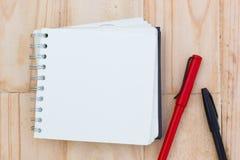 在一张棕色木桌上的特写镜头空白的笔记本 库存照片