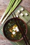 在一张棕色碗垂直的顶视图的日本大酱汤 免版税库存照片