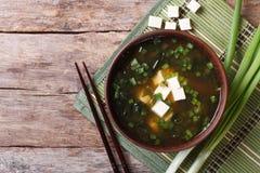 在一张棕色碗水平的顶视图的日本大酱汤 库存照片