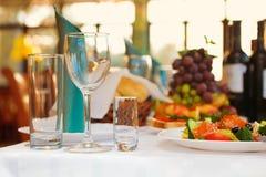 在一张欢乐桌上的三块玻璃 服务在党 软的焦点,选择聚焦 免版税图库摄影
