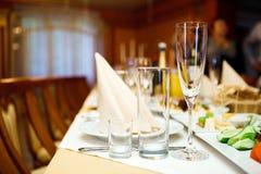 在一张欢乐桌上的三块玻璃 服务在党 软的焦点,选择聚焦 免版税库存图片