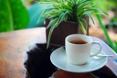 在一张民间艺术表的浓咖啡 库存图片