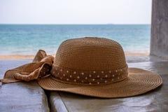 在一张海滩睡椅的太阳帽子在泰国 免版税库存照片