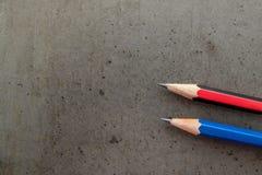 在一张深灰桌上的两支铅笔 图库摄影