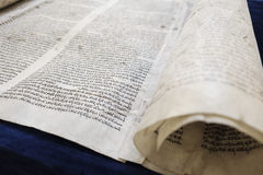 在一张深蓝桌上的摩西五经 免版税库存照片