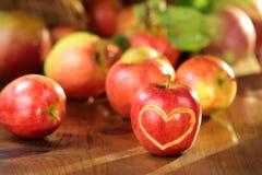 在一张湿桌的苹果计算机心脏 库存图片