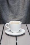 在一张灰色木桌上的加奶咖啡杯子 文本、拷贝和字法的空间 免版税库存照片