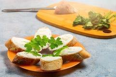 在一张灰色桌上的一块板材新近地做了与奶油奶酪的三明治 免版税库存图片