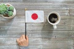 在一张灰色桌上的日本旗子 图库摄影