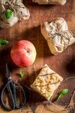 在一张灰色纸拿走苹果饼包装的甜点 库存图片