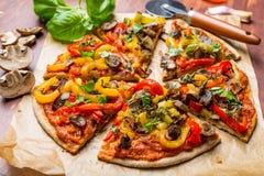 在一张烘烤的纸的健康切的素食主义者比萨 库存照片
