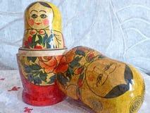 在一张白色亚麻制桌布的被筑巢的玩偶 r o : 免版税库存图片