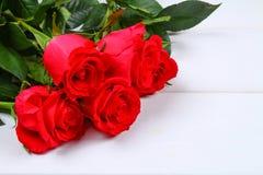 在一张白色木桌上的桃红色玫瑰 复制文本的空间 模板天3月8日,母亲\ 's,华伦泰\ 's天 库存照片