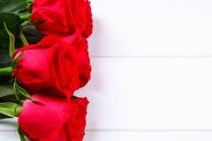 在一张白色木桌上的桃红色玫瑰 复制文本的空间 模板母亲节3月8日,情人节 免版税图库摄影