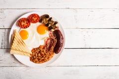 在一张白色木桌上的英式早餐 免版税库存照片