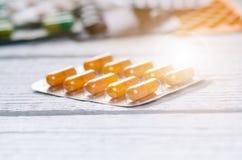 在一张白色木桌上的药房背景 在一个空白背景的片剂 药片 医学和健康 胶囊关闭 Dif 库存图片