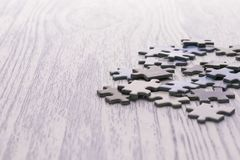 在一张白色木桌上的难题 免版税库存照片
