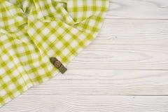 在一张白色木桌上的绿色布料 免版税库存照片