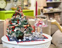在一张白色桌上的一棵小圣诞树在内部 在 库存图片