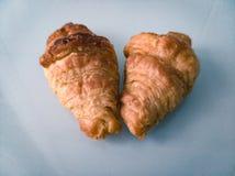 在一张白色桌上的两个早餐新月形面包 库存照片