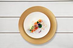 在一张白色桌上的五颜六色的盘 免版税库存图片