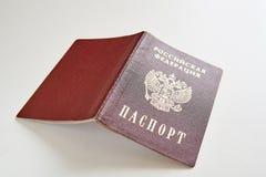 在一张白色桌上的俄国护照 俄罗斯联邦和护照被写用俄语 免版税库存图片