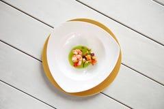 在一张白色桌上的大虾盘 免版税库存图片