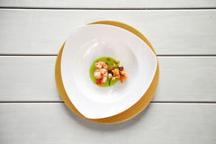 在一张白色桌上的大虾盘 库存照片