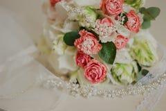 在一张白色桌上的美丽的现代婚姻的花束 婚姻的属性   免版税图库摄影