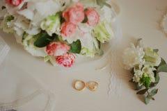 在一张白色桌上的美丽的现代婚姻的花束 婚姻的属性   免版税库存图片